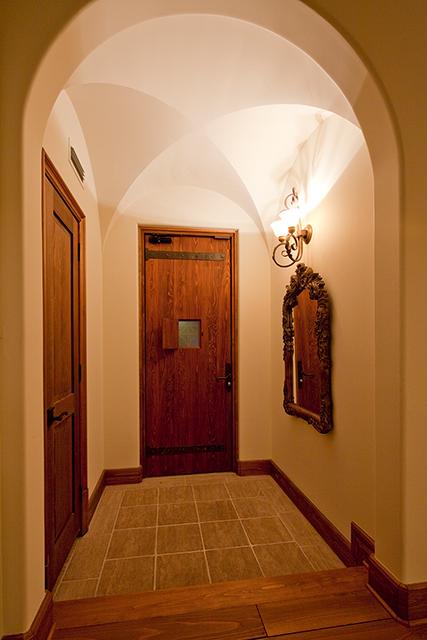 重厚感のある木の玄関
