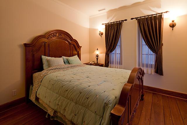 やすらぎのある広々とした寝室