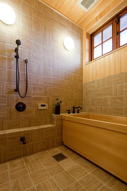 タイル張りの浴室と総檜の浴槽