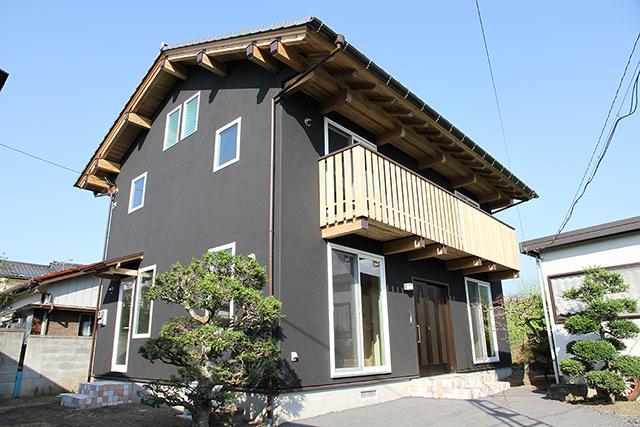 木材をふんだんに使い屋根は出し梁