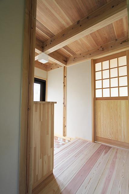 玄関ホール脇のLDKの引き戸も杉材を使用