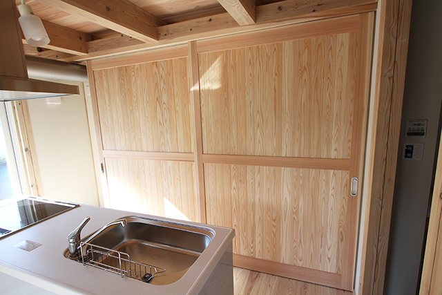 システムキッチン後ろの収納隠し扉