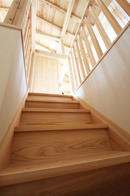裸足で歩きたくなる、杉の階段