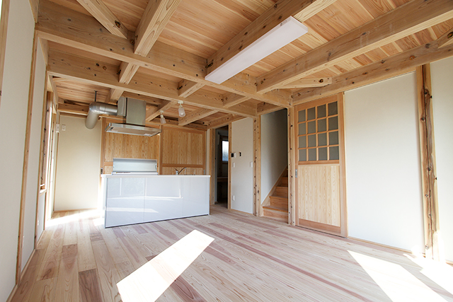 床・天井(2階床)は国産杉。壁は珪藻クロスファイン